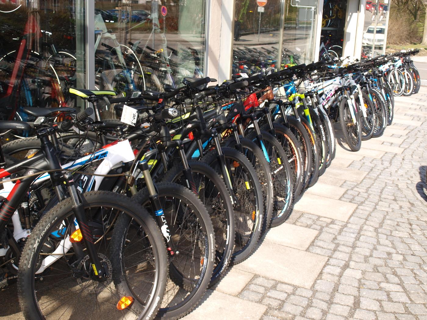 Eine große Auswahl an Rädern vor unserem Laden